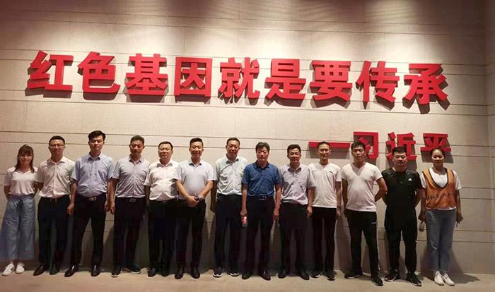 祥运塑料qy188.vip千亿国际老板参加企业管理研修班合影留念