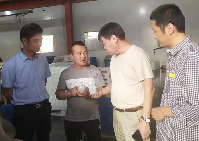 马运将总经理给客户介绍塑料qy188.vip千亿国际